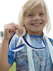 Dreng med medalje. Reklame for Claus Meyers Madmodsløb