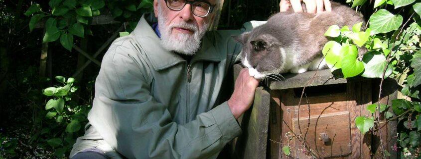 Hugo Erichsen ved en af sine katte på Loland